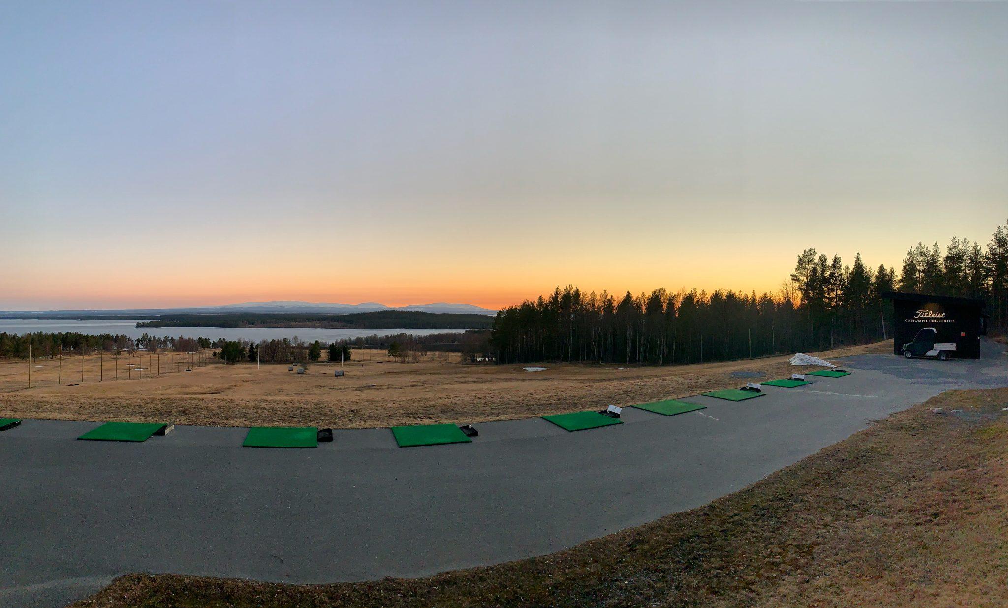 Kvällshimmel över drivingrangen på Östersund Frösö Golfklubb
