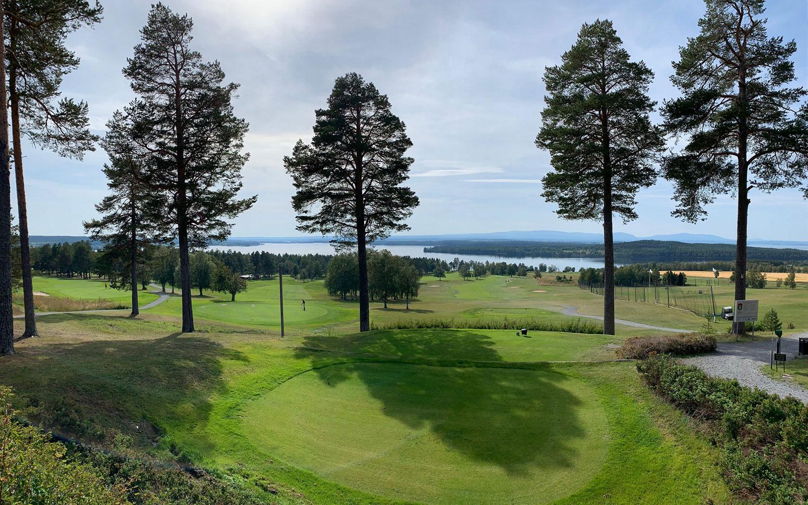 Sommarvy vid hål 1 på Östersund Frösö Golfklubb